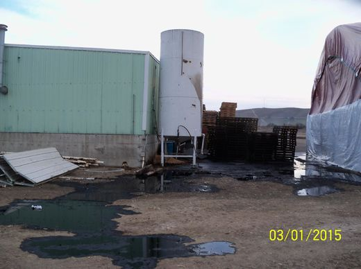 Oil storage tank leak near Yakima River in Washington State poses threat to animals and crops