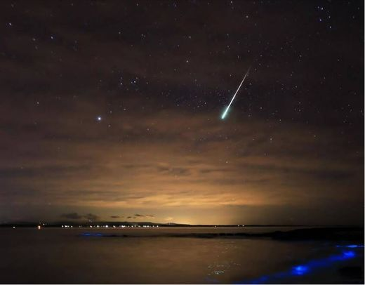 Meteor captured streaking through Jervis Bay sky, Australia