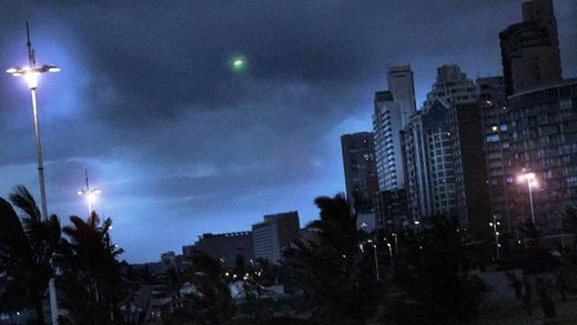 Green meteor fireball filmed over Cape Town, South Africa