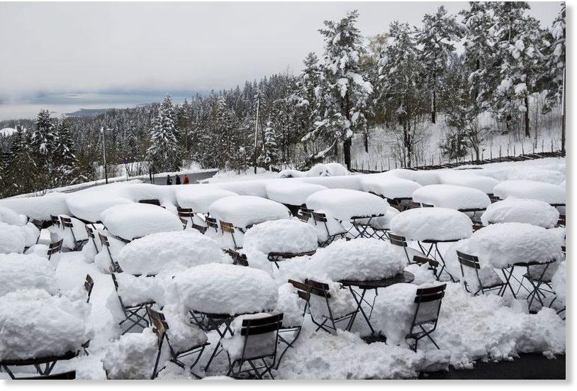 Rare May snowfall in O...