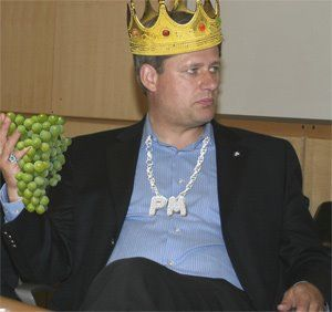 http://www.sott.net/image/image/s3/64425/full/stephen_harper_king.jpg