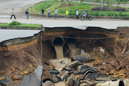 Huge sinkhole in Hanoi causes serious traffic jams ...