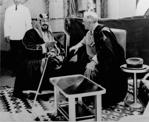Prezydent USA Roosevelt cementuje tajną umowę z saudyjskim królem Abdulem Azizem na pokładzie amerykańskiego okrętu wojennego na Morzu Czerwonym 20 lutego 1945 roku, zaledwie jeden dzień po tym, jak konferencja w Jałcie na Krymie położyła fundamenty pod przyszłe rządzące światem instytucje z siedzibą w USA.