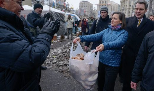 Nuland handing out cookies in Maidan