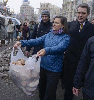 Grudzień 2013 – Nuland i Pyatt rozdają ciasteczka w Kijowie
