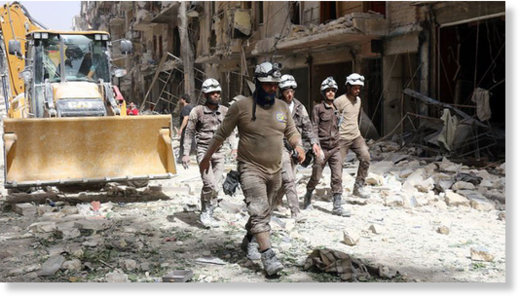 © Thaer Mohammed / AFP - - Białe Hełmy wśród gruzów kontrolowanej przez rebeliantów dzielnicy Aleppo