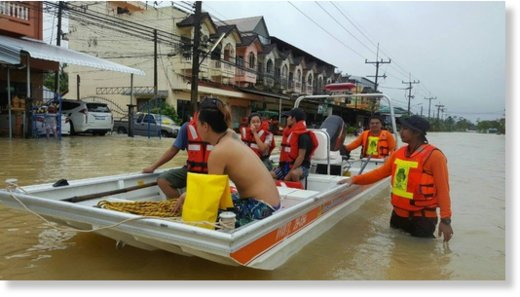 Thailand's DDPM carry out flood rescue and relief operations in Chumphon, 10 January 2017.