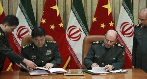 """© AP -- Listopad 2016 r., generałowie Pekinu i Teheranu podpisują umowę o współpracy w """"przeprowadzeniu wspólnych ćwiczeń wojskowych"""" i """"stworzeniu zbiorowego ruchu w celu przeciwstawienia się zagrożeniu terroryzmem"""". Jest to kod dla hasła """"połączmy siły i przenieśmy globalną zastępczą 'wojnę z terrorem' do USA""""."""