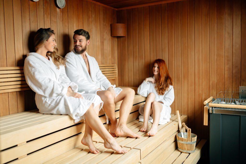 Фото парень с девушками в бане, фото подглядывание женщинам под юбки