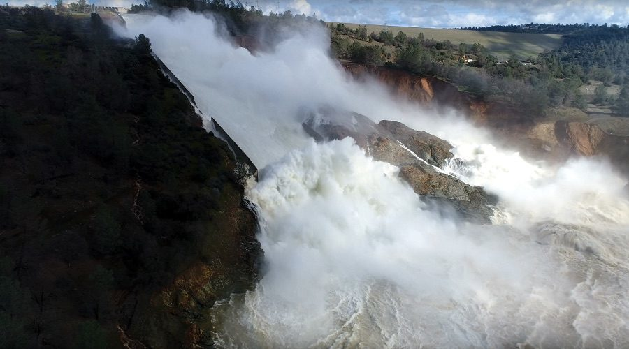 Spillway at tallest dam in U S  in California about to collapse