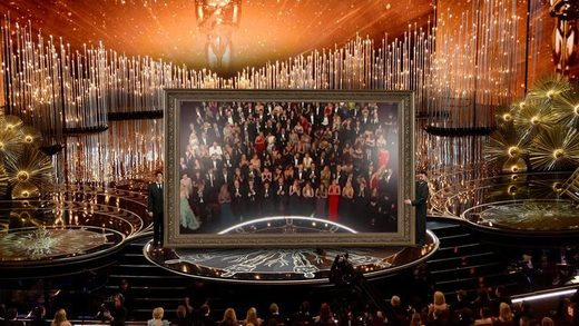 Huge mirror brought onto Oscars stage receives 6-minute standing ovation