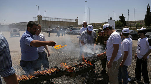 Right-wing Israelis stage BBQ outside prison taunting Palestinian hunger strikers