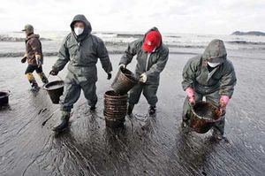oil spill cleanup crew