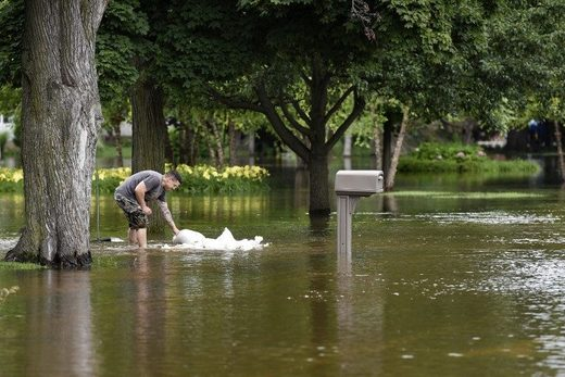 Illinois residents brace for possibility of record flooding
