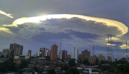 Huge 'alien ship' cloud over Maracaibo, Venezuela