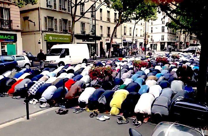 Vitežani u šoku: Arapi klanjali u centru grada iako je džamija na 200m 1paris_street_prayers_youtube