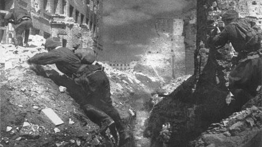 Soviet soldiers fighting in Stalingrad