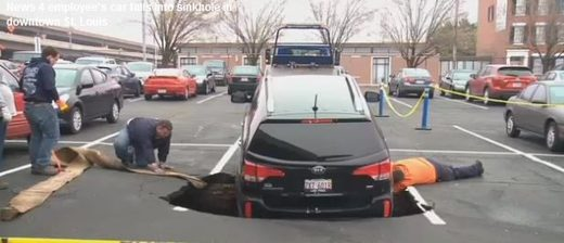 Car falls into sinkhole in MO
