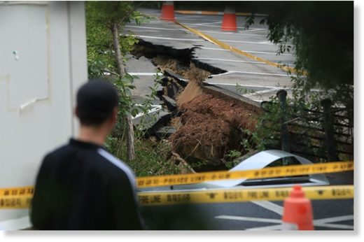 A large sinkhole was detected early Friday in Geumcheon-gu, southern Seoul, forcing 200 nearby residents to evacuate.