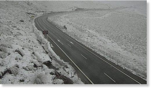 Lindis Pass with a dusting of snow at 7am this morning. More is forecast to fall through the day.