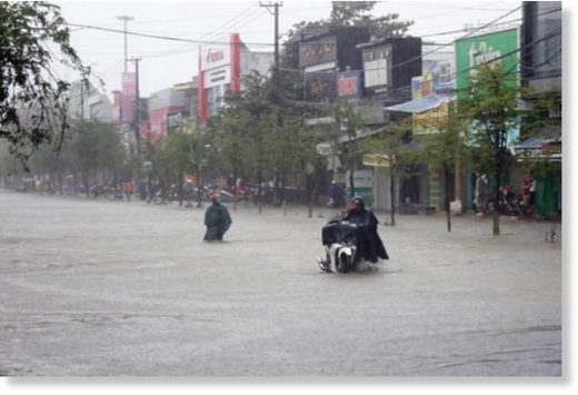 Heavy rains submerge Phan Chu Trinh Road in