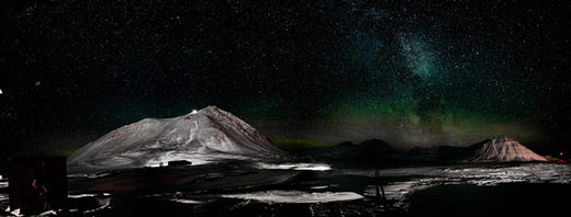 Aurora and stars over Ny-Ålesund.