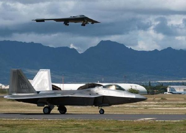 61bff8b4 A B-2 Spirit bomber lands at Joint Base Pearl Harbor-Hickam, Hawaii. © USAF  ...