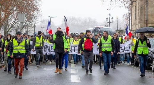 yellow vests paris flags