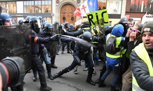 yellow vests riot police