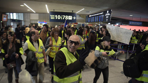 flash mob yellow vest paris airport