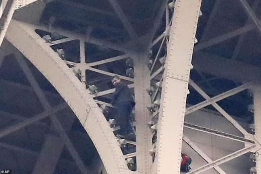 Suicidal man climbs eiffel tower