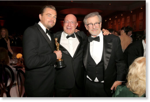 Arnon Milchan flanked by Leonardo DiCaprio and Steven Spielberg at the 2016 Oscars