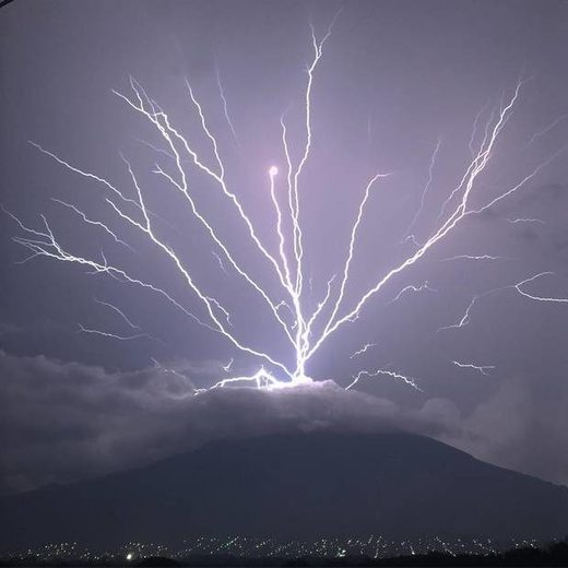 upward lightning was spotted at Guatemala's Volcan de Agua
