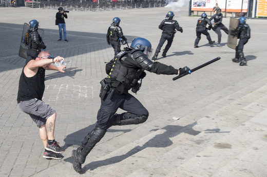protester trips a French gendarme Sept 2019