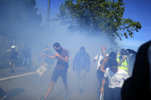 tear gas yellow vests Lyon