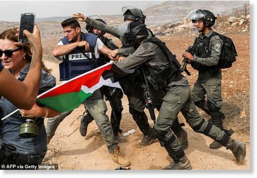 Scuffle between Israeli border guards and a photojournalist