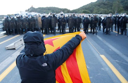 French riot police join Catalan cops dragging independence protesters away from border crossing