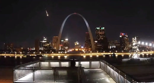 Spectacular meteor fireball caught on camera above St. Louis, Missouri - Event seen from across US Midwest