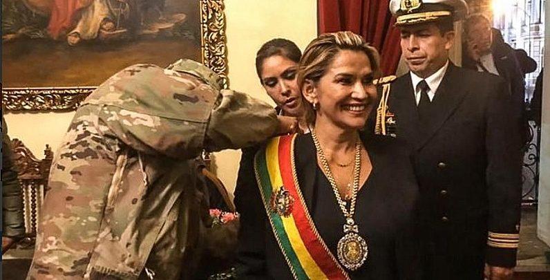 Anez_Receives_Presidential_Sas.jpg