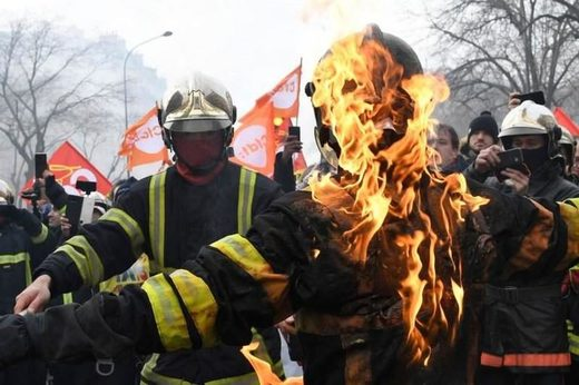 firefighter protest yellow vest