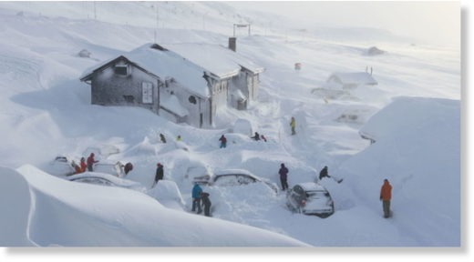 Outside the lodge at Haukeliseter, guests had to come out with a shovel. The cars were completely damaged - and it was not easy for the owners to find the right car.