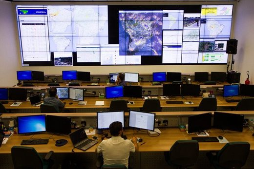 Cemaden operators in the situation room