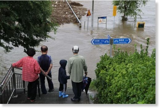 A flooded stream in Daejeon has stopped passers-by as the city saw downpour on Monday that continued from a day before.