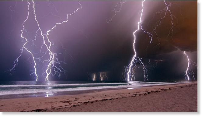 Image & Australia: Storm strikes coast: people houses hit by lightning ...