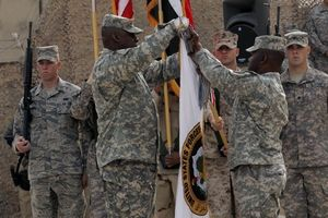 US soldiers @ Iraq changing flag