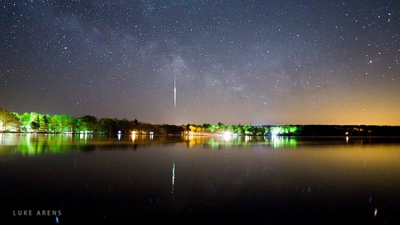 Astrophoto: Meteor Fireball Passing through the Milky Way