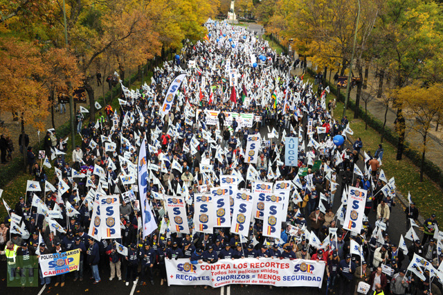 Thousands of Spanish police officers march against austerity