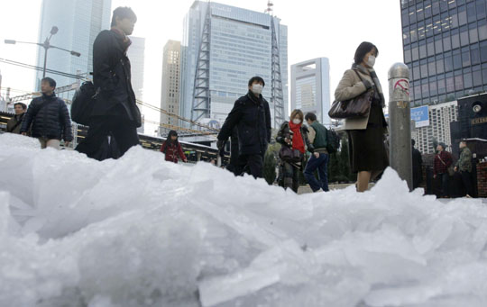 One dead, 900 hurt in Japan 'Bomb cyclone' blizzard