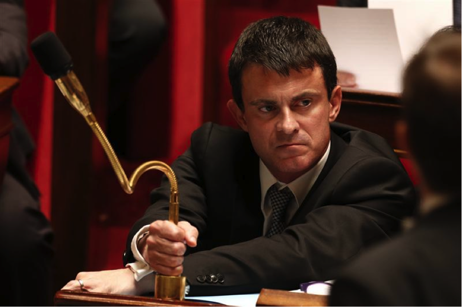 French Interior Minister Manuel Valls sent packing by angry crowd doing 'la quenelle' at Rennes train station